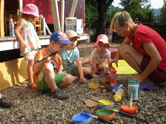 Děti v lesní školce.