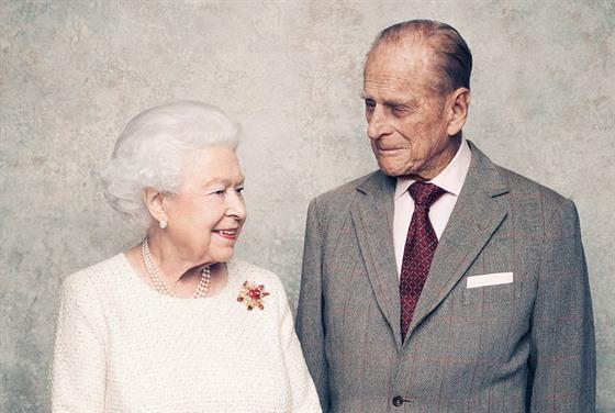 Královna Alžběta II. a princ Philip oslavili 70. vıročí svatby. (20. listopadu...