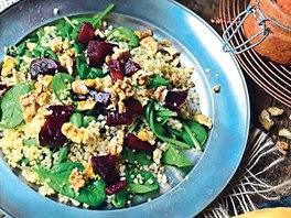 Teplı quinoa salát s červenou řepou, ořechy a čerstvım baby špenátem