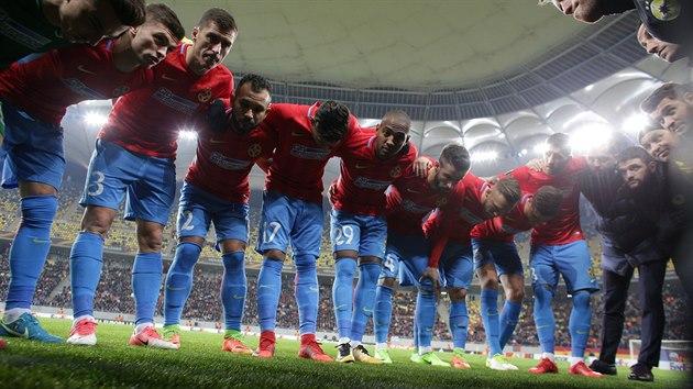 Fotbalisté rumunského FCSB před zápasem s Luganem.