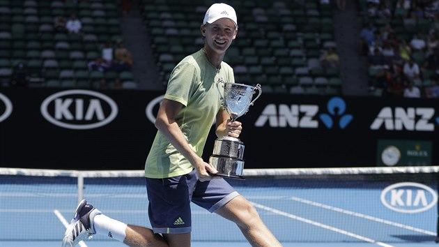 Sebastian Korda slaví populární roznožkou, kterou bavil jeho otec, vítězství v juniorce na Australian Open.