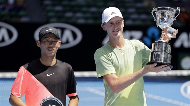 Sebastian Korda (vpravo) s trofejí pro vítěze  juniorky na Australian Open.