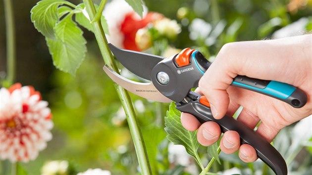 Dvoubřité nůžky jsou vhodnější na měkčí materiály.