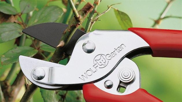 Kovadlinkové nůžky si poradí se tužšími větvemi.
