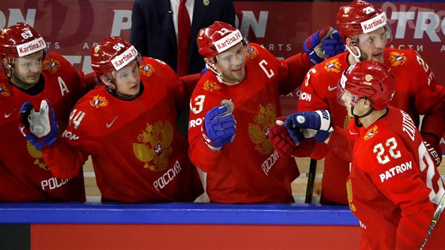 Ruskı hokejista Nikita Zajcev (číslo 22) slaví gól proti Kanadě. Gratuluje mu i kapitán Pavel Dacjuk (uprostřed, s céčkem na dresu).