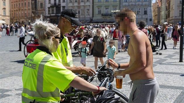 Strážníci v Praze rozdali o prodlouženém víkendu turistům na pivních kolech 11 pokut.