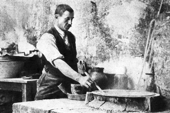 Pierre Curie při jednom z pokusů o izolaci radia