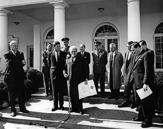 Theodor von Kármán (u mikrofonu) přebírá od prezidenta Kennedyho vyznamenání za...
