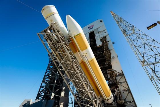 Zvedání rakety Delta IV Heavy na startovací rampu během zkoušek v dubnu 2018