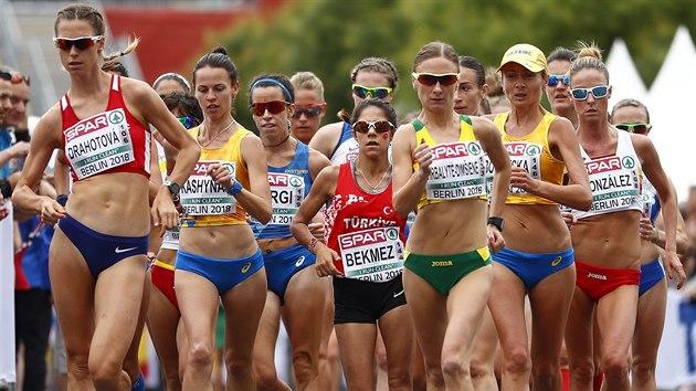 TAHOUNKA. Česká chodkyně Anežka Drahotová (první zleva) v závodě na 20 kilometrů na ME v Berlíně opakovaně táhla zbytek startovního pole.