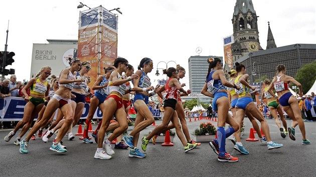 V ZATÁČCE. Češka Anežka Drahotová (první zprava) během závodu na 20 kilometrů na atletickém ME v Berlíně.