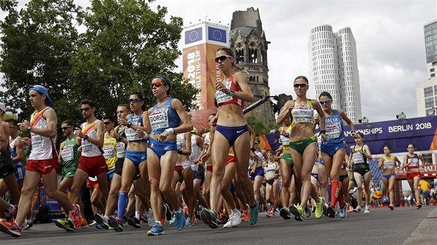 MEZI MUŽI. Češka Anežka Drahotová (uprostřed, v červeném topu) vystartovala do závodu na 20 kilometrů na ME v Berlíně s ostatními chodkyněmi společně s muži.
