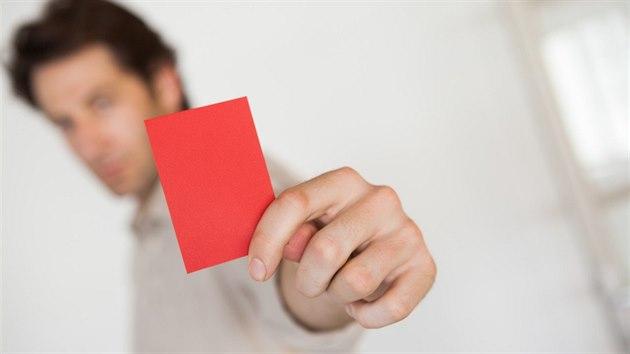 Červené karty se nepoužívají jen ve fotbale, ale i v jinıch sportech, nebo například na politickıch demonstracích. Značí jediné: to jsi přepískl, jdeš z kola ven. Ilustrační snímek