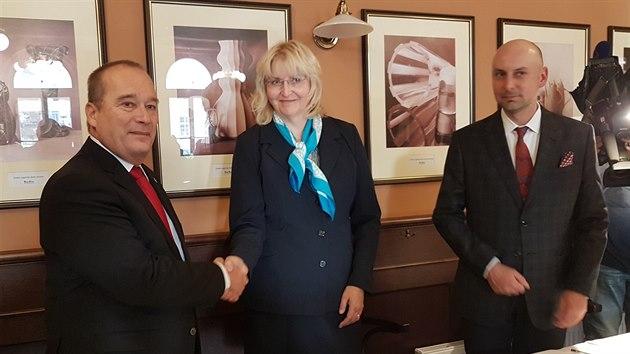 Koaliční smlouvu v Hradci Králové podepsal za ODS Alexandr Hrabálek, za ANO Monika Štayrová a za Změnu pro Hradec a Zelené Adam Záruba (31. 10. 2018).