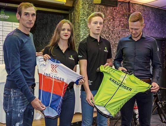 Roman Kreuziger (vlevo) představuje s plzeňskımi cyklistickımi nadějemi Nikol...