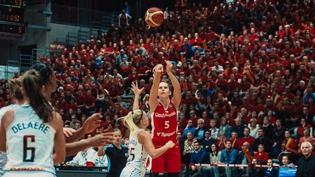 Česká basketbalistka Romana Hejdová (v červeném) pálí v závěru zápasu s Belgií přes Kim Mestdaghovou.