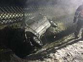 Při dopravní nehodě v obci Loučovice auto dostalo smyk a skončilo v příkopu (1....