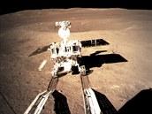 Snímek čínského lunárního vozítka Nefritovı králík 2, které sjíždí z lodi...