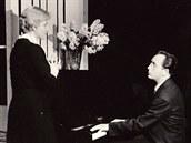 Hra Sbohem smutku od Pavla Kohouta z roku1959. Na snímku Libuše Billová a Jiří...