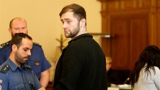 Josef Kopriva je obviněnı, že se pokusil zabít Františka Divokého tím, že jej strčil ze skály. Čin si podle obžaloby objednala jeho milenka a manželka oběti Eva Grycová.