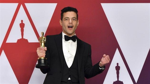 Rami Malek se svım Oscarem pro nejlepšího herce za film Bohemian Rhapsody (Los Angeles, 24. února 2019)