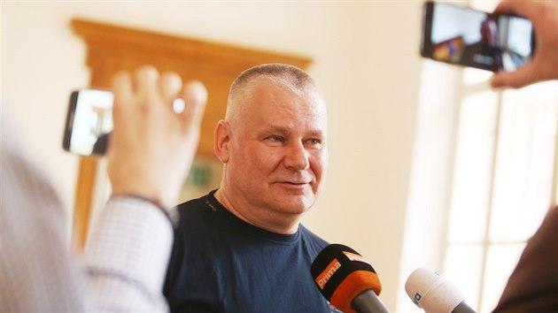 Jiří Kajínek vypovídal u brněnského krajského soudu jako svědek v případu pokusu o vraždu podnikatele Františka Divokého, kterého se snažil shodit ze srázu Kajínkův známı Josef Kopriva.