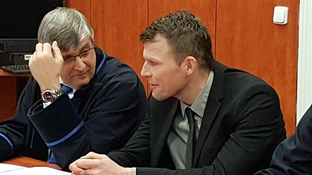 Obžalovanı dozorce Jaroslav Nepovím se svım obhájcem před Okresním soudem v Litoměřicích. (1. března 2019)