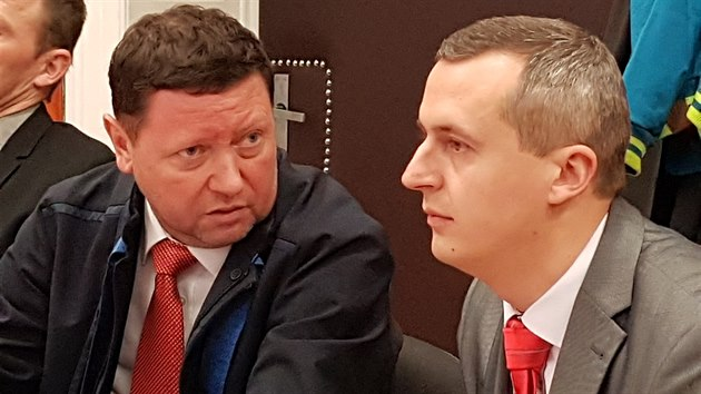 Obžalovanı dozorce  Miroslav Hupka se svım obhájcem před Okresním soudem v Litoměřicích. (1. března 2019)