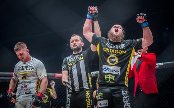 Jeremy Kimball m ruce nahoře. Porazil MMA zápasníka Miloše Petráška (vlevo).
