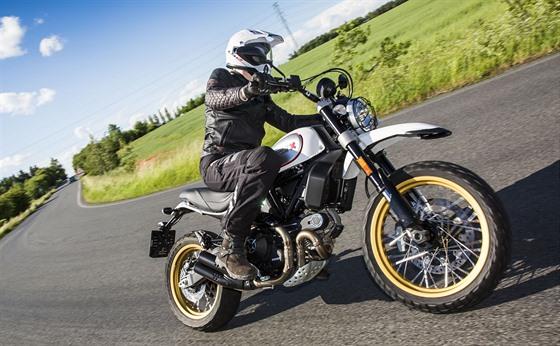 Jestli máte už na showroomu problém motorku vůbec zvednout ze stojánku a udržet...