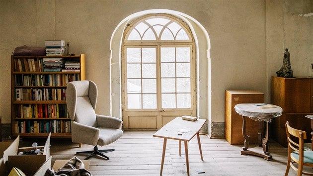 V prvním patře je dočasná ložnice, přijímací pokoj a kancelář v jednom.