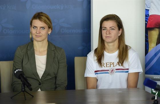 Tenistky Lucie Šafářová (vlevo) a Karolína Muchová na tiskové konferenci v...