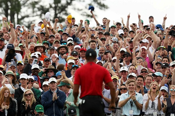 Tiger Woods si užívá potlesk diváků po triumfu na Masters v Augustě.