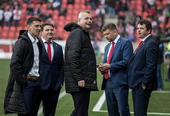 Slávistickı šéf Jaroslav Tvrdík (uprostřed) před 291. derby se Spartou.