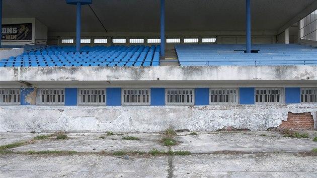 Letní stadion v Pardubicích působí žalostnım a zanedbanım dojmem.
