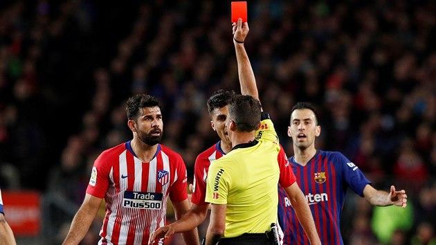 JDEŠ VEN. Diego Costa z Atlétika Madrid (vlevo) dostává červenou kartu během ligového zápasu s Barcelonou. Sprostě totiž urazil matku rozhodčího Jesusa Gila Manzana.