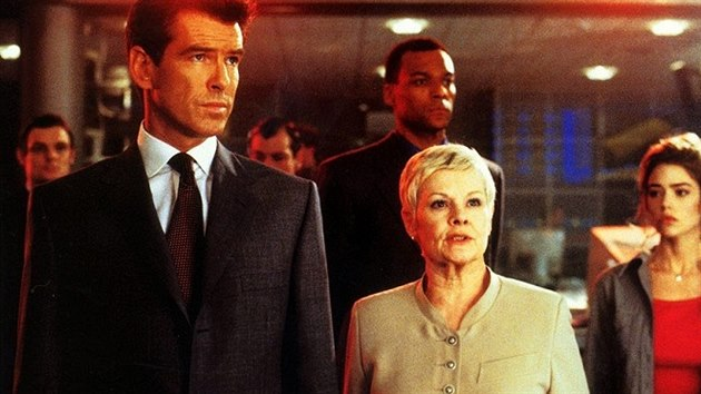 Pierce Brosnan a Judi Denchová ve filmu Jeden svět nestačí (1999)