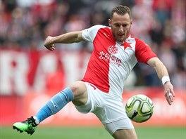 Slávistickı pravı obránce Vladimír Coufal si zpracovává míč.