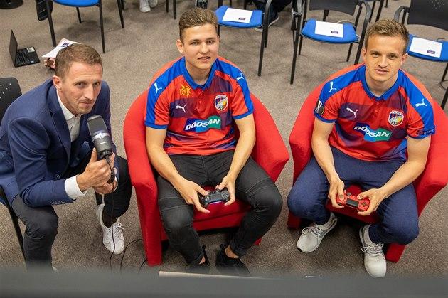 Plzeňskı záložník Jan Kopic (vpravo) a Lukáš Pour, alias T9Laky soupeří v...