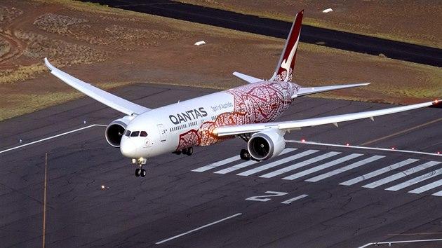 Dreamliner australské společnosti Qantas přistává na letišti v Alice Springs (2. března 2018)