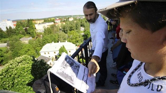 Pracovník žďárského muzea Miloslav Lopaur na ochozu věže ukazuje, jak se město během let proměnilo.