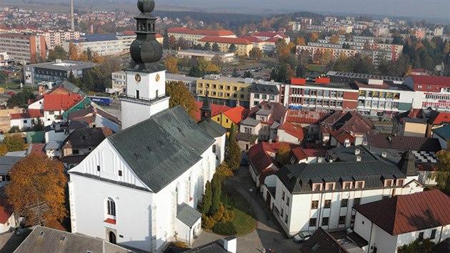 Kostel svatého Prokopa s vyhlídkovou věží v centru Žďáru nad Sázavou.