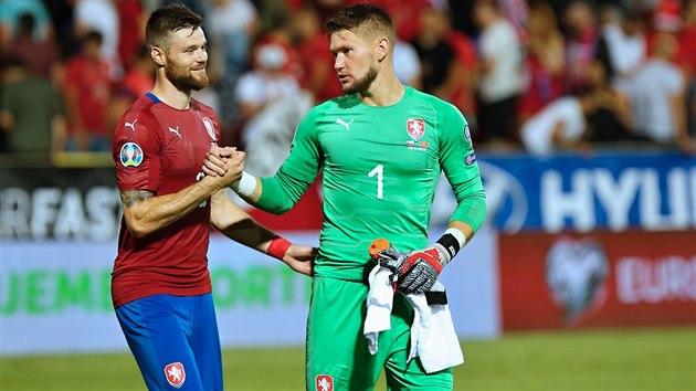 Stoper Ondřej Čelůstka a brankář Tomáš Vaclík po vítězném kvalifikačním utkání proti Černé Hoře.