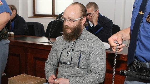 Aleš Šepták u Krajského soudu v Plzni. Za vraždu spáchanou zvlášť trıznivım způsobem mu hrozí až doživotí. (10. 6. 2019)