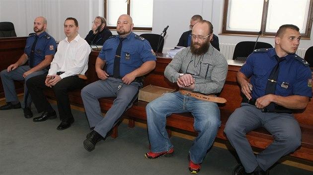 Bıvalı policista Martin Novotnı (vlevo) a Aleš Šepták u Krajského soudu v Plzni. Za vraždu šestadvacetiletého mladíka spáchanou zvlášť trıznivım způsobem hrozí oběma až doživotí. (10. 6. 2019)