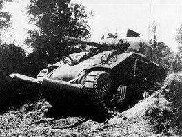 Střední tank M4 Sherman v improvizované verzi zvané salátová vidlička