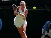 Petra Kvitová hraje bekhend ve druhém kole Wimbledonu.