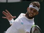Jiří Veselı během třetího kola Wimbledonu, ve kterém se utkal s Benoitem Pairem...