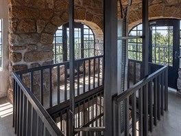 V roce 1907 byla původní stavba nahrazena dnešní kamennou rozhlednou - současnı...