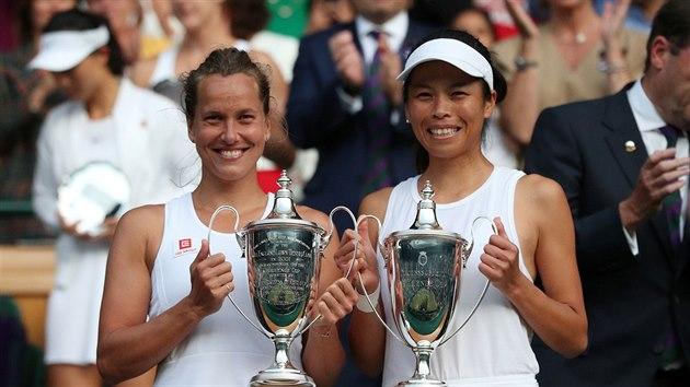 Barbora Strıcová a Tchajwanka Sie Šu-wej se radují z vıhry ve wimbledonské čtyřhře.